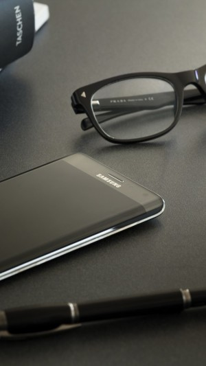 Samsung Galaxy Note Edge,smartphone,phablet,review,sidebar,pen,glasses,book,table,hi-tech